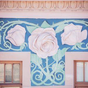 фреска с розами на доме ангела